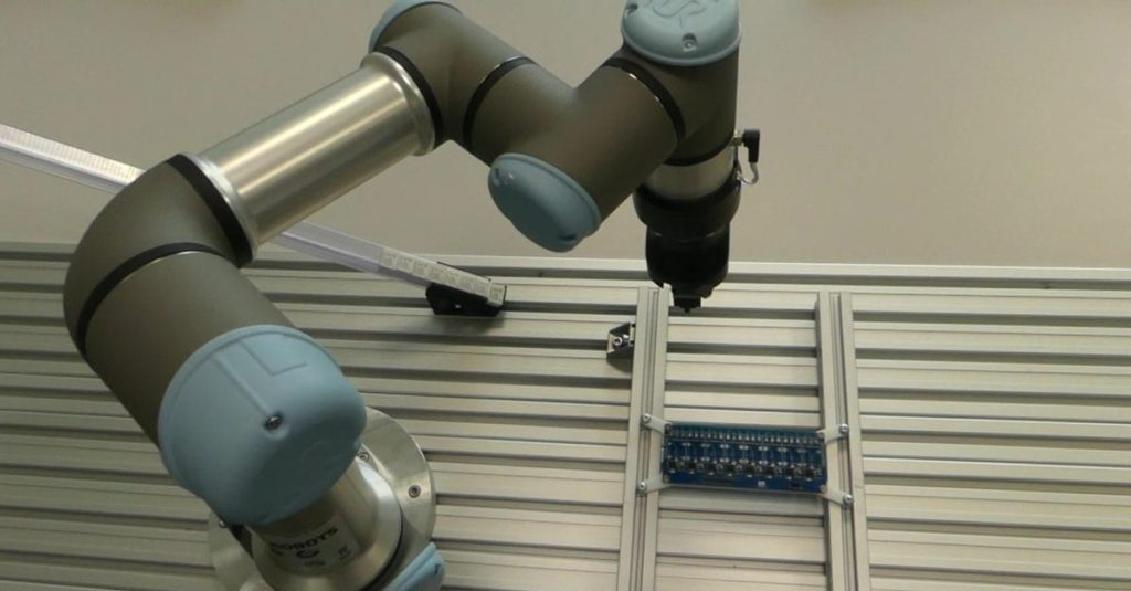 Precyzyjny montaż elektroniki na płytce PCB