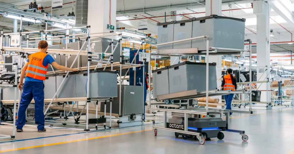 roboty autonomiczne transportują ładunki w magazynie